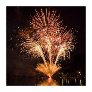 Joyeuse fête nationale ! Feu d'artifice lancé depuis le lac au #pavillonroyal à l'occasion d'une soirée de gala 💥 © soirs de fêtes