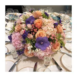 Majestueuse composition florale sur les tables du #pavillonroyal